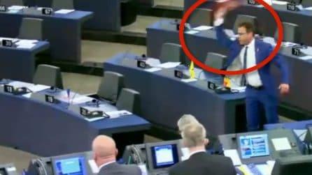 Europarlamento, il leghista Ciocca lancia cioccolato verso la presidenza