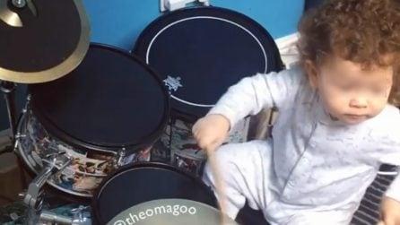 Non ha nemmeno due anni, ma questo bambino suona la batteria in modo straordinario