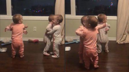 Le 4 gemelline non riescono a smettere di abbracciarsi: la tenerezza vi farà sciogliere