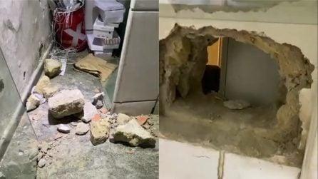 Napoli, furto nel negozio di calzature: i ladri entrano dalle fogne da un buco nel pavimento