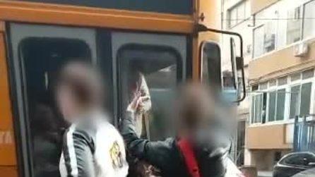 Due ragazzi senza biglietto prendono a calci un autobus a Piazzale Tecchio: il video