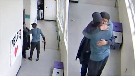 Studente entra a scuola con un fucile, ma un atto d'amore rimescola le carte del destino