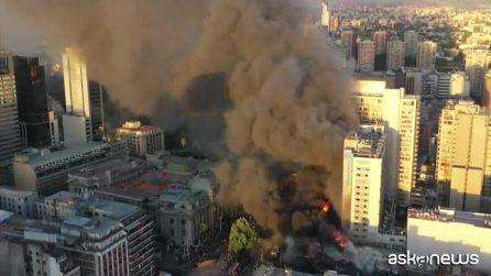 Santiago brucia ancora, violenti scontri in Cile: a fuoco negozi e metro