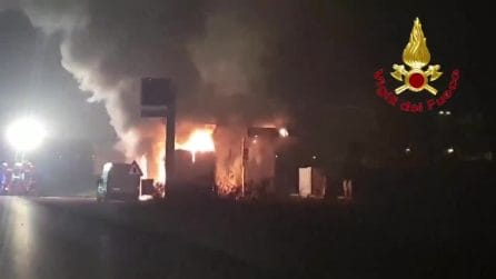 Paura a Melegnano, camion di banane in fiamme vicino a un distributore di benzina