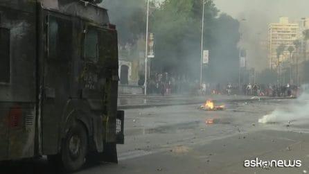 In Cile violente proteste e scontri davanti al palazzo presidenziale