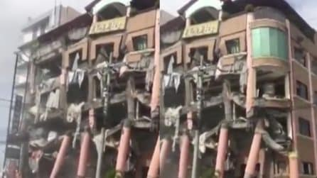 Violenta scossa di terremoto nelle Filippine: l'edificio è distrutto ma resta in pidi