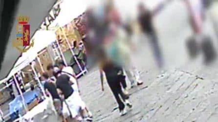 Bastano pochi secondi per rubare l'orologio al turista: il video che incastra i ladri