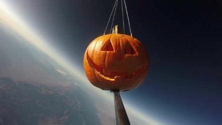 Halloween, giovani studenti lanciano una zucca nello spazio per un esperimento scientifico