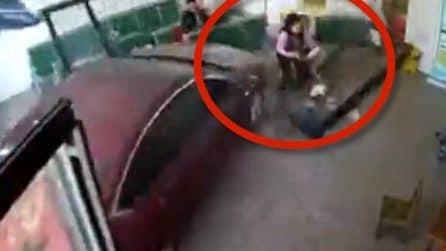 Auto piomba in ospedale sulla donna e i suoi bambini