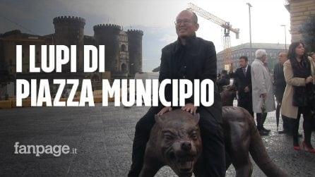 I Cento Lupi di Liu Ruowang a Napoli in piazza Municipio tra lo stupore e la curiosità dei partenopei