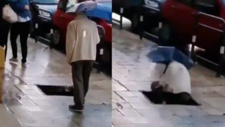 C'è una buca in strada: l'anziano non la vede e ci finisce dentro