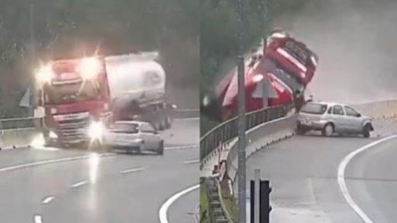 L'auto perde il controllo in autostrada, il tir sbanda e cade giù nel viadotto