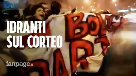 Bologna, corteo contro Salvini, idranti della polizia sui manifestanti
