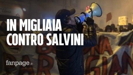 Bologna, Salvini in comizio e centri sociali per le vie della città: la polizia usa gli idranti