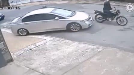 Si fermano vicino all'auto per rubarla: l'uomo al volante riesce a evitare il furto