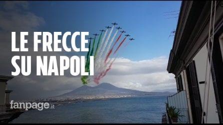 A Napoli si esibiscono le frecce tricolori per la festa delle forze armate