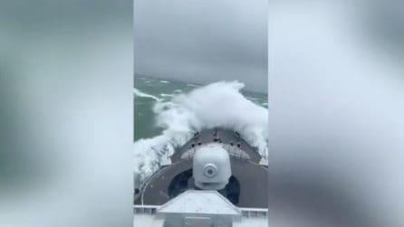 Nave in balia delle onde gigantesche: la reazione dei passeggeri a bordo