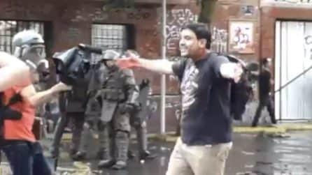 """""""Sparami ti prego, ho una vita di m*rda"""", il manifestante affronta il poliziotto"""