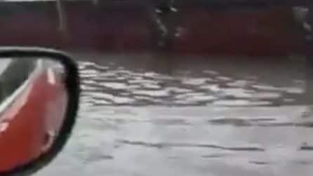 Napoli, strade allagate dopo la bomba d'acqua