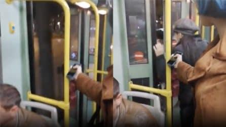 Roma, tram viaggia con le porte aperte, ma quando il passeggero deve salire le porte si chiudono