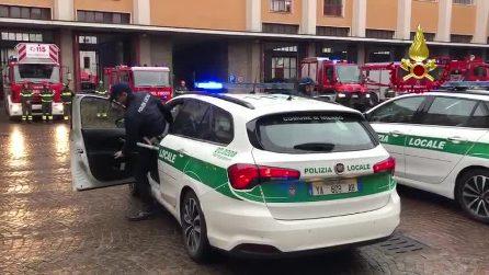 Milano, la polizia locale rende omaggio ai vigili del fuoco morti ad Alessandria