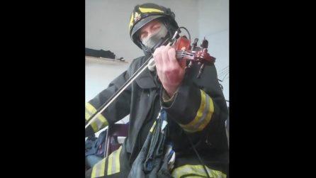 Pompiere suona il violino per i suoi colleghi morti ad Alessandria: omaggio direttamente dal cuore
