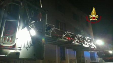 Milano, incendio sul tetto di una palazzina: al lavoro sette squadre dei vigili del fuoco