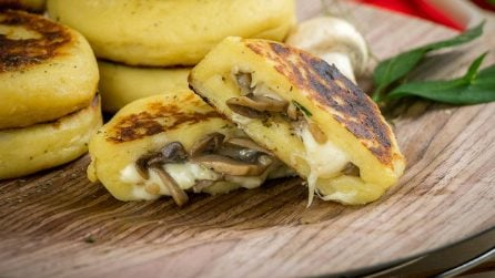Medaglioni di patate filanti ripieni di funghi: pochi e semplici ingredienti per un piatto unico!