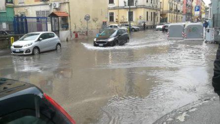 Napoli, bomba d'acqua su Fuorigrotta: strade totalmente allagate