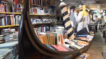 Libreria Acqua Alta, un microcosmo che racchiude la magia di Venezia. Cosa rischiamo di perdere