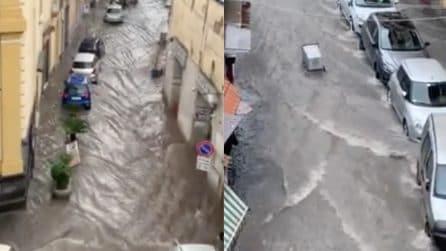 Napoli, la strada si trasforma in un fiume in piena: le immagini sono impressionanti