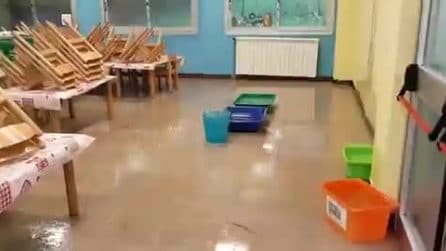 Secchi per l'acqua piovana e pavimenti allagati: chiusa una scuola di Roma