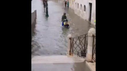 Acqua alta a Venezia: il livello della laguna si alza e copre parte della città