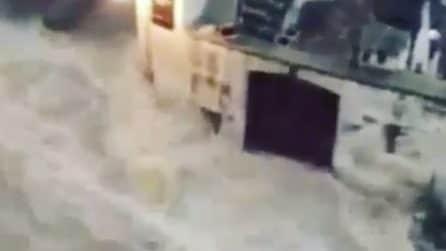 Spaventoso temporale a Matera: le strade come cascate e fiumi in piena