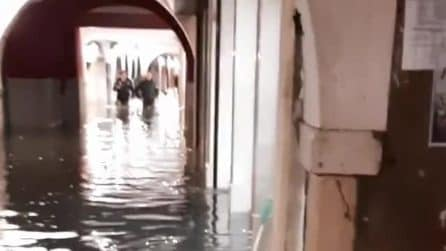 Acqua alta a Venezia, superato il metro e mezzo: è record