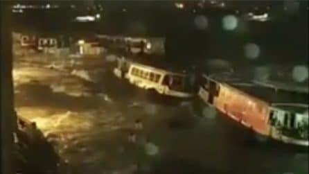 Venezia, acqua record: traghetti sommersi dalle onde