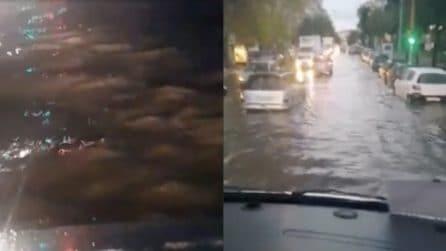 Napoli, il maltempo causa allagamenti: auto sommerse fino alle ruote