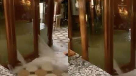 Maltempo a Venezia, l'acqua alta invade l'hotel: le porte non riescono a trattenere il flusso