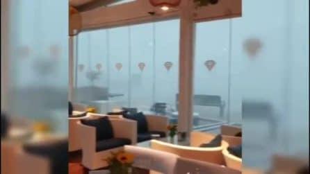 Porto Cesareo, la tromba d'aria vista dall'interno di un bar: immagini spaventose
