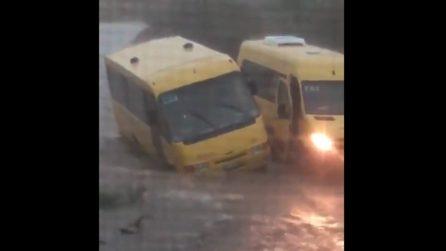 Maltempo, strade allagate: scuolabus rischia di ribaltarsi