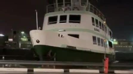 Acqua alta a Venezia: le navi in balia delle onde durante la tempesta