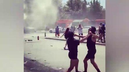 Cile, ballano sensualmente tra i fumogeni e le sirene delle forze dell'ordine: la singolare protesta