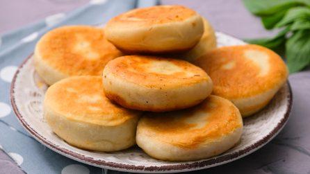 Panini ripieni di parmigiana: la ricetta sfiziosa che non vedrete l'ora di provare!