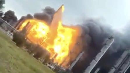 Esplosione in uno stabilimento chimico: palla di fuoco in cielo
