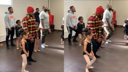 Partecipano alla lezione: il gesto dei fantastici papà pronti a ballare per le figlie