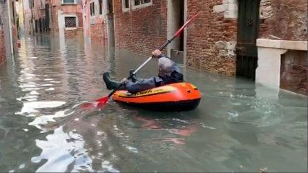 Acqua alta a Venezia, c'è chi usa un canotto per le strade del centro