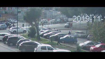 Incidente a Fuorigrotta, automobile fuori controllo abbatte semaforo e si schianta