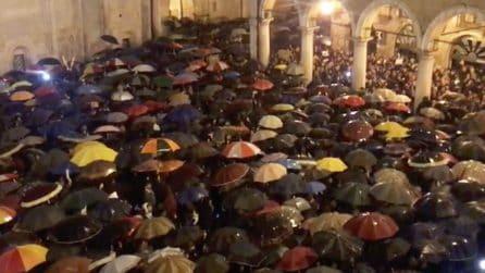 """Modena, migliaia di """"sardine"""" in piazza contro Salvini intonano Bella Ciao"""
