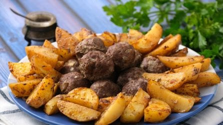 Baked meatballs and potatoes: a unique dish ready in 50 minutes!