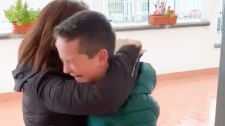Torna a casa e riceve la sorpresa più dolce da mamma e papà: le lacrime di pura gioia di un bambino